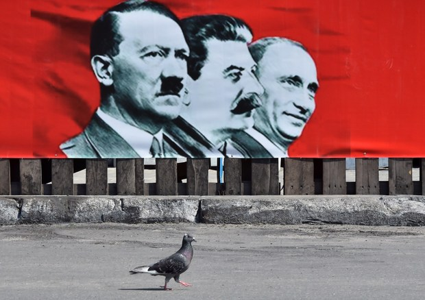 wladimir-putin kommunismus adolf-hitler stalin